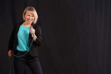 Seminar Komm auf die Bühne – Präsenz stärken: Souverän sprechen mit Erfolg auf der Bühne, Anne Kühl
